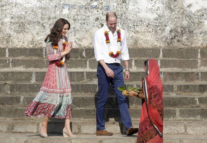 Los Duques de Cambridge realizan su primera visita al extranjero en dos años. (AP)