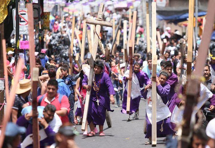 Durante la escenificación de la Pasión de Cristo en Iztapalapa, tres personas resultaron lesionadas al caer una columna. (Notimex)