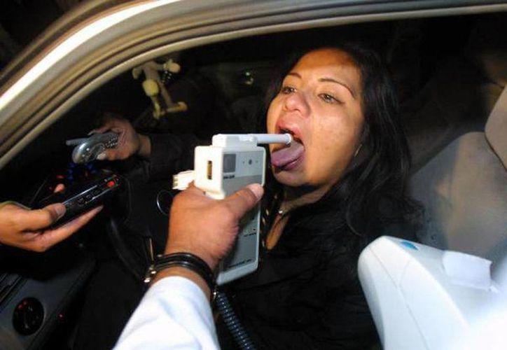 El diputado Eduardo Santillán indicó que existen aparatos para medir el consumo de drogas y serían usados en los retenes. En la imagen, una mujer es sometida a la prueba del alcoholímetro. (Archivo/SIPSE)