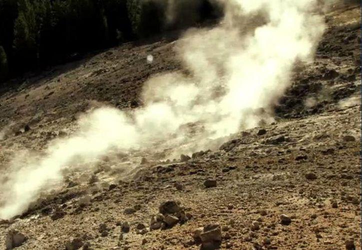 De acuerdo con los expertos, el supervolcán que se encuentra en Yellowstone está en cuenta regresiva para una erupción, pues según sus cálculos ésta ocurre cada 700 mil años y la última fue hace 640 mil. (dcs.discovery.com)