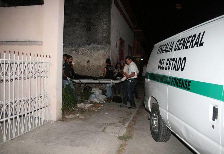 Elementos del Servicio Médico Forense retiran el cadáver del infortunado adolescente. (Mérida, Yucatán, México)