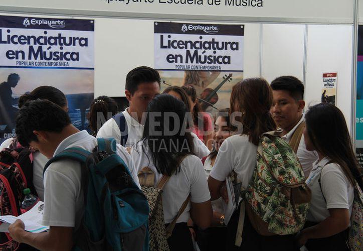 Estudiantes de bachillerato acudieron ayer a la feria de la Unicaribe para conocer la oferta universitaria de Cancún. (Luis Soto/SIPSE)