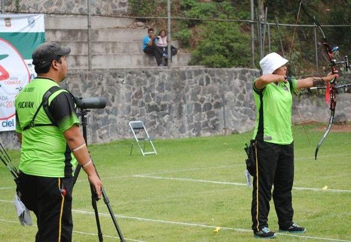 Pedro Vivas y Lesly Sánchez ganaron el oro en arco recurvo en la categoría juvenil superior en la Olimpiada Nacional. (Milenio Novedades)