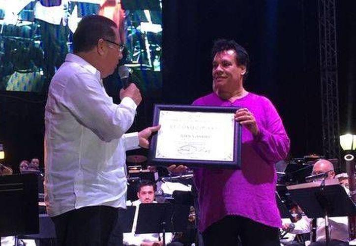 En la foto, Juan Gabriel recibe su reconocimiento. (Foto tomada de Milenio Digital)