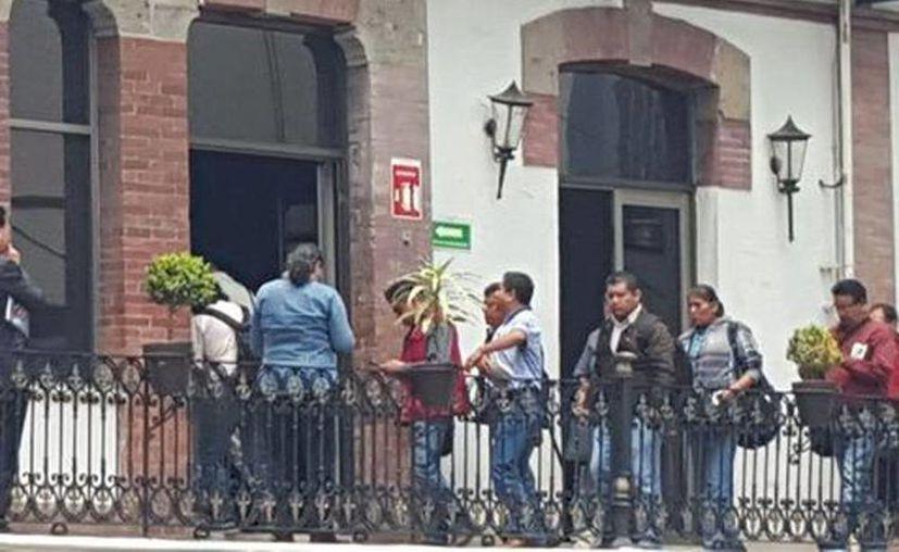 La comisión de maestros que se reunirá con autoridades federales llegó a la Secretaría de Gobernación. (Liliana Padilla/Milenio)