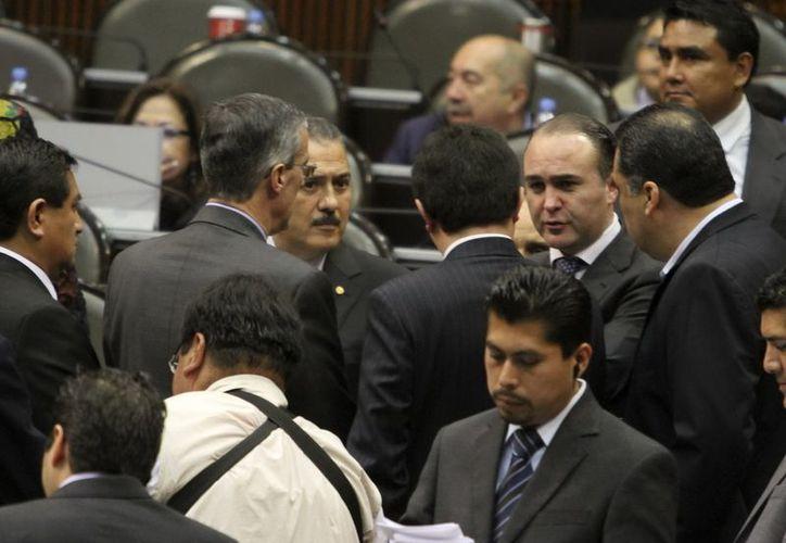 Los legisladores Luis Alberto Villarreal y Manlio Fabio Beltrones, durante la sesión ordinaria en la Cámara de Diputados. (Archivo Notimex)