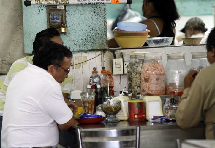 El consumo de alimentos en mercados, sin medidas higiénicas, es común entre los meridanos. (SIPSE)