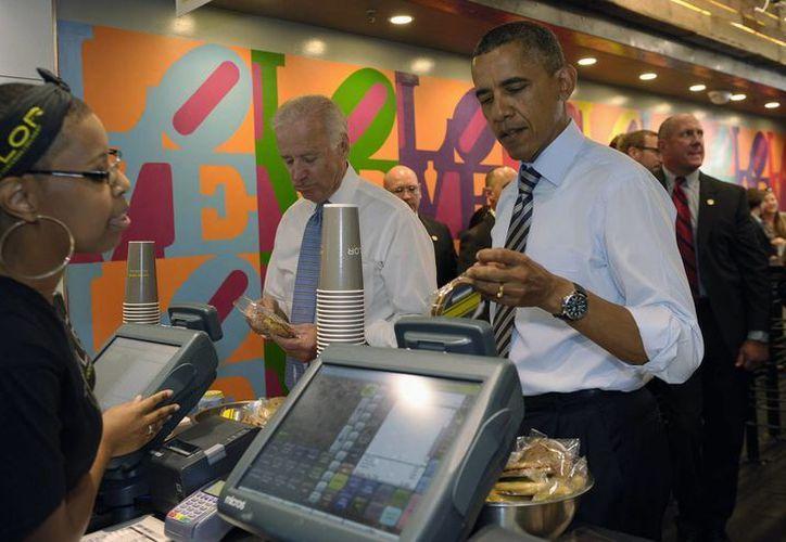Obama salió acompañado por el vicepresidente, Joe Biden. (Agencias)
