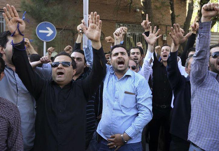 Manifestantes iraníes gritan consignas frente a la embajada de Arabia Saudí en Teherán, Irán, durante una protesta por la estampida mortal en el haj donde murieron más de 700 peregrinos en Arabia Saudita. (Agencias)