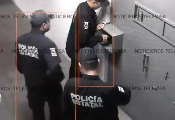 La última puerta, la que da al exterior del penal, fue abierta por un policía. (Televisa)