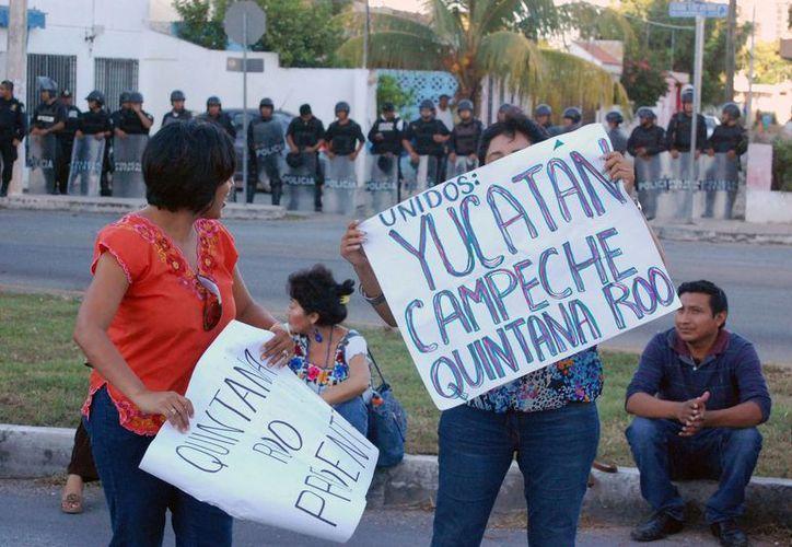 La protesta de los maestros en la carretera Mérida-Progreso. (Wilbert Argüelles/SIPSE)
