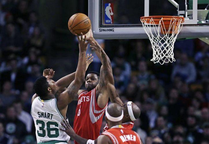 Terrence Jones (6), de Rockets, bloquea un disparo a Marcus Smart (36), de Celtics, en partido de la temporada regular de a NBA. (Foto: AP)