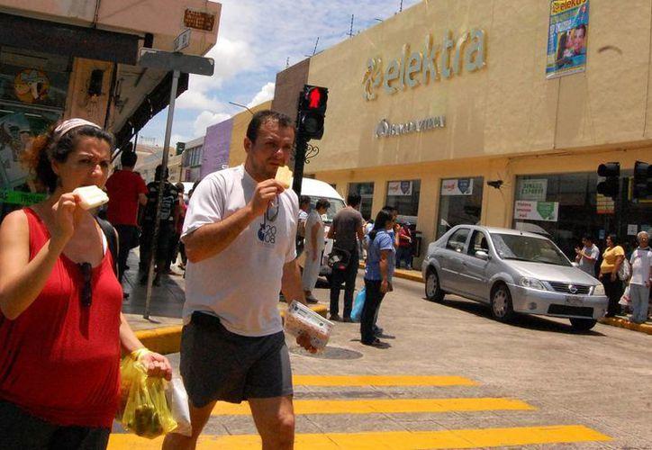 Aunque en esta temporada predominan los turistas nacionales en Mérida, también se ve a algunos extranjeros recorriendo la ciudad. (José Argüelles/SIPSE)