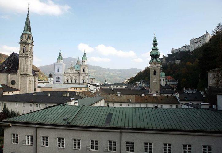 Vista de la ciudad de Salzburgo, Austria, en donde una menor estadounidense de tres años salió de su hotel a medianoche de Nochebuena sin que su familia se diera cuenta, y paseó por la ciudad hasta que la recogieron en otro hotel. La policía la devolvió luego a su familia. (AP Foto/Kerstin Joensson)