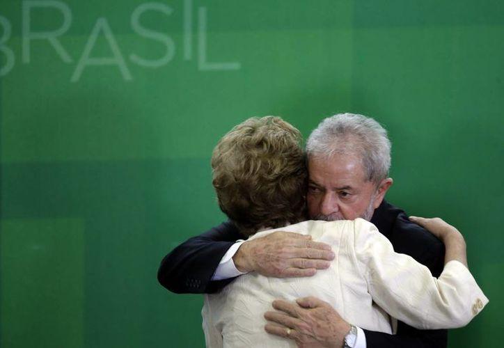 La presidenta brasileña, Dilma Rousseff, abraza tras tomar juramento como nuevo secretario de Estado y Casa Civil de la Presidencia de la República a su antecesor Luiz Inácio Lula da Silva (d) en el Palacio de Planalto en Brasilia, decisión que fue anulada por un juez. (EFE)