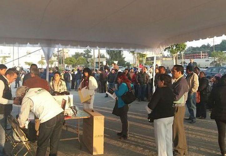 Más de 80 personas esperan la apertura de las casillas para votar en Torres Bicentenario,Toluca. (Milenio)