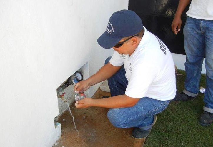 Revisan instalaciones de agua en escuelas. (Raúl Balam/SIPSE)