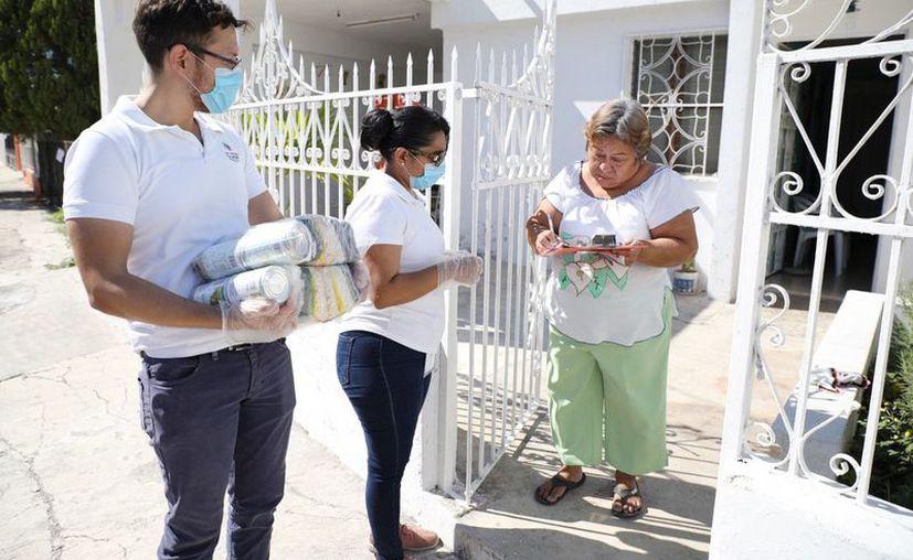 Con las medidas sanitarias recomendadas, personal del DIF Yucatán entrega apoyos alimentarios a personas inscritas al programa de la dependencia estatal. (Novedades Yucatán)