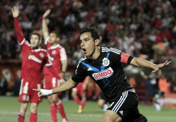Omar Bravo, segundo máximo goleador en la historia de Chivas, podría coronarse este martes en la final de Copa Mx en partido entre Chivas y Puebla. (Notimex)