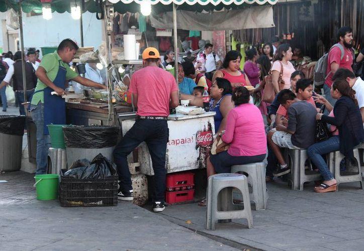 Actualmente, la venta de comida callejera es de las actividades más comunes en el sector informal en Yucatán. (Fotos: Jorge Acosta/SIPSE)