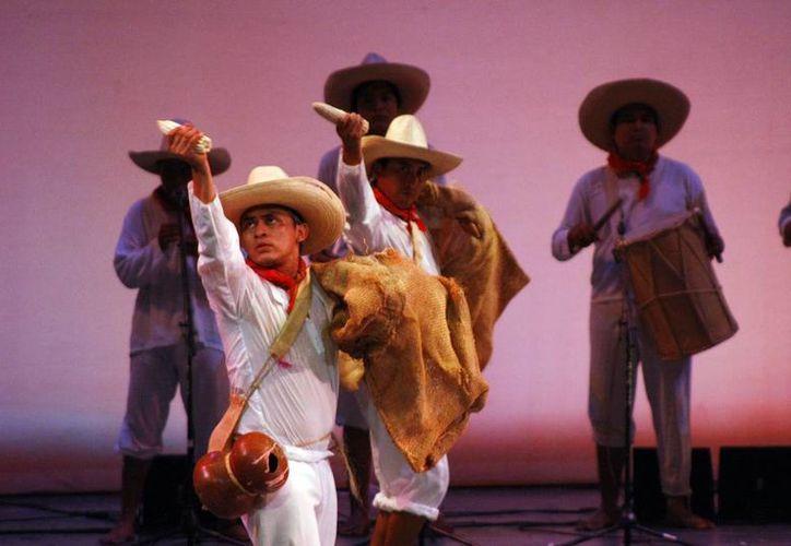 """Presentó el Ballet """"Acot nat"""" (Danzantes del río) bellas estampas del """"Eden"""", en el teatro """"José Peón Contreras"""". (Milenio Novedades)"""