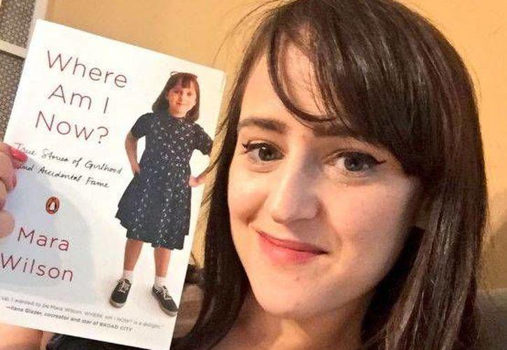 El libro ya se encuentra a la venta y habla sobre el desarrollo que tuvo por el mundo de la actuación infantil.(Foto tomada de Twitter/Mara Wilson)
