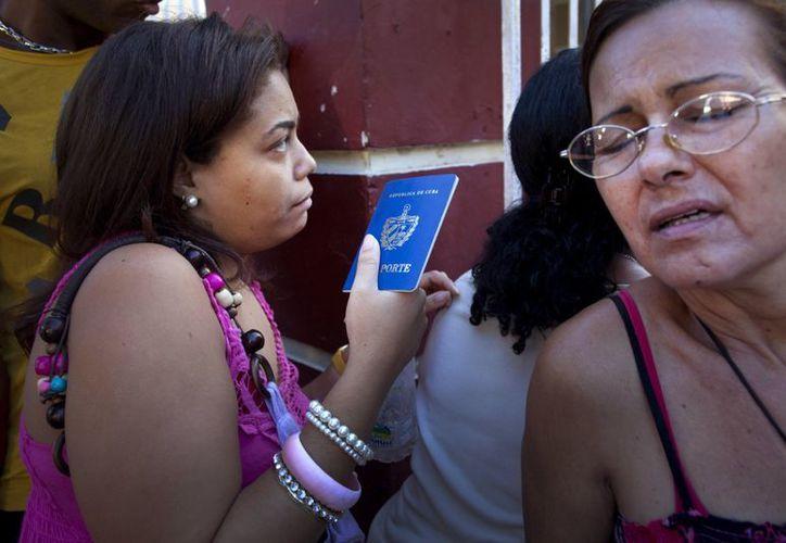 Los cubanos se encuentran entusiasmados con la ampliación de sus oportunidades de viajar. (Agencias)