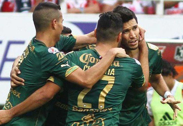 Jugadores de Santos Laguna celebran uno de los goles que el equipo le hizo a Chivas de Guadalajara, para dejarlo fuera de la final con un marcador de 3-0. (Twitter/@ClubSantos)