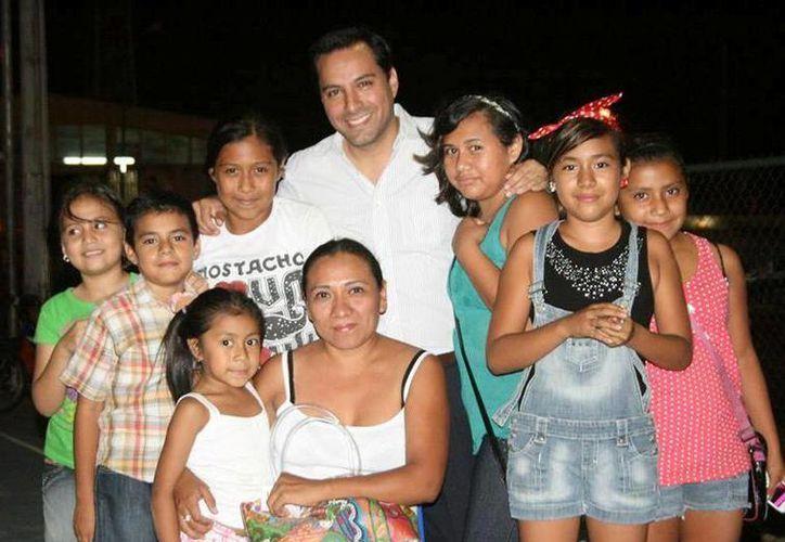 El diputado Mauricio Vila con vecinos que han disfrutado del programa Cine Vila. (Cortesía)