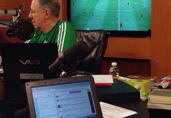 Hasta el momento Joaquín López Dóriga no ha comentado nada respecto a que fue captado junto a un televisor con el canal de TvAzteca puesto. (Foto tomada de Twitter)