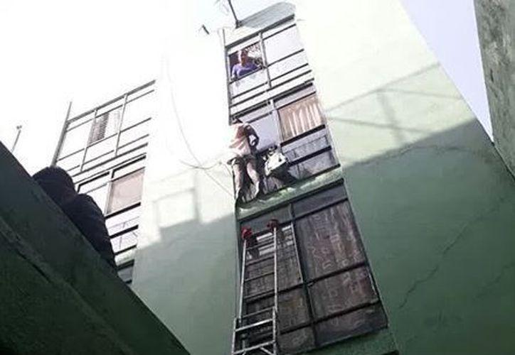Una mujer trató de saltar desde el tercer piso de un edificio en la colonia Doctores. (Twitter)