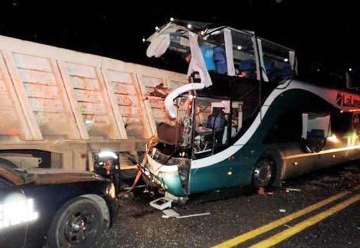 El accidente que dejó un saldo hasta el momento de ocho muertos y 11 lesionados, iba de Guadalajara al puerto de Lázaro Cárdenas. (Milenio Novedades)