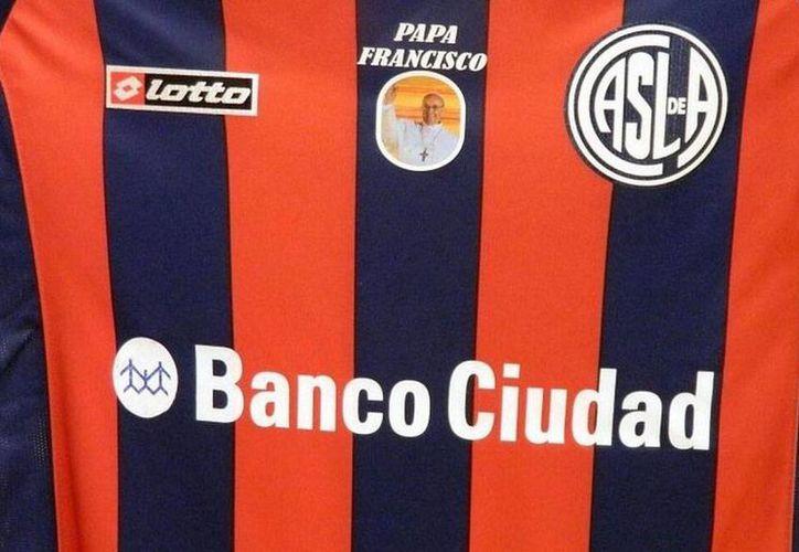 Playera del San Lorenzo con imagen del Papa Francisco. (Twitter)