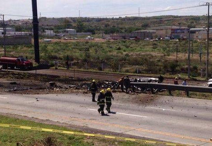 La avioneta, propiedad de la empresa Aeronaves, cayó a la carretera México-Querétaro alrededor de las 14:35 horas de este martes. (Milenio)