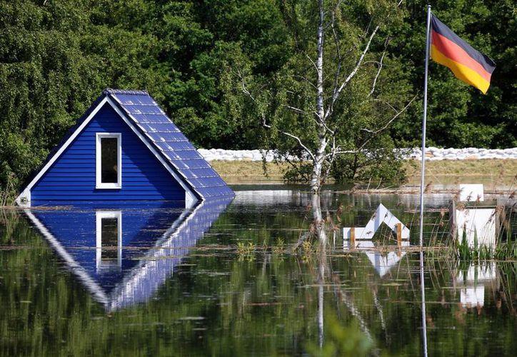 Imagen del techo de una casa en la zona inundada cerca Doemitz en el río Elba, el norte de Alemania. (Agencias)