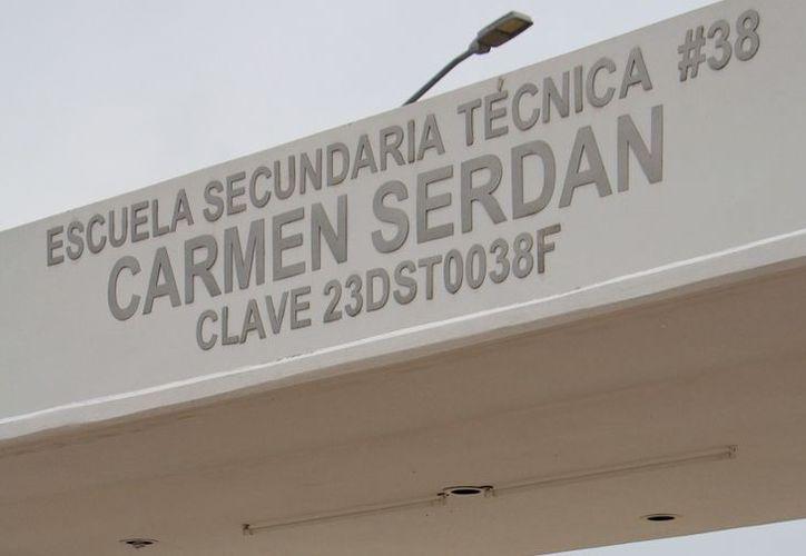 """En la Secundaria Técnica número 38 """"Carmen Serdán"""", profesores piden a la SEQ la inclusión de personal interino porque directora y subdirectora se encuentran entre los inconformes. (SIPSE)"""