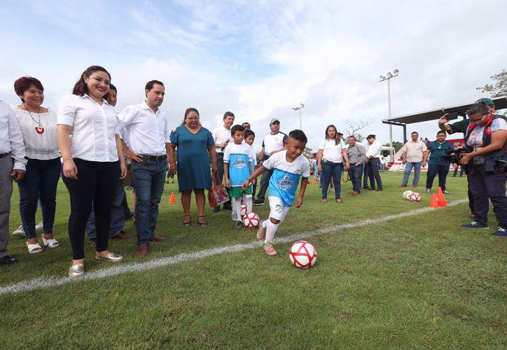 Mauricio Vila Dosal visitó a los niños que participan en la Academia de Iniciación Deportiva de Conkal. (Novedades Yucatán)