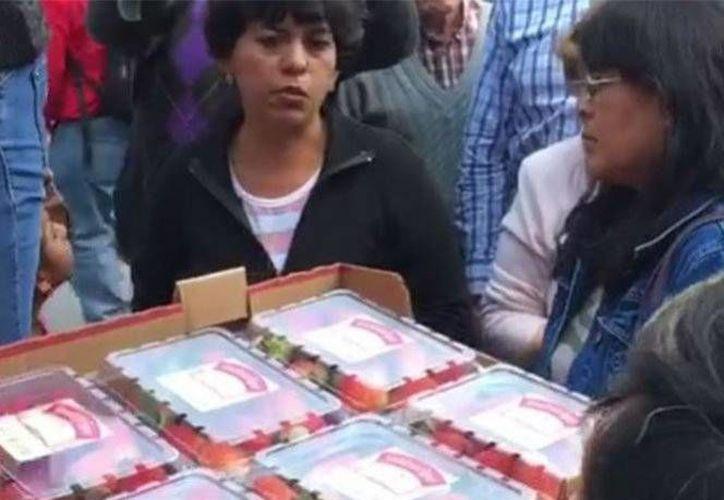 Gracias a las redes sociales, un productor de fresas logró vender toda su mercancía en Morelia a precios muy accesibles. (Excélsior)