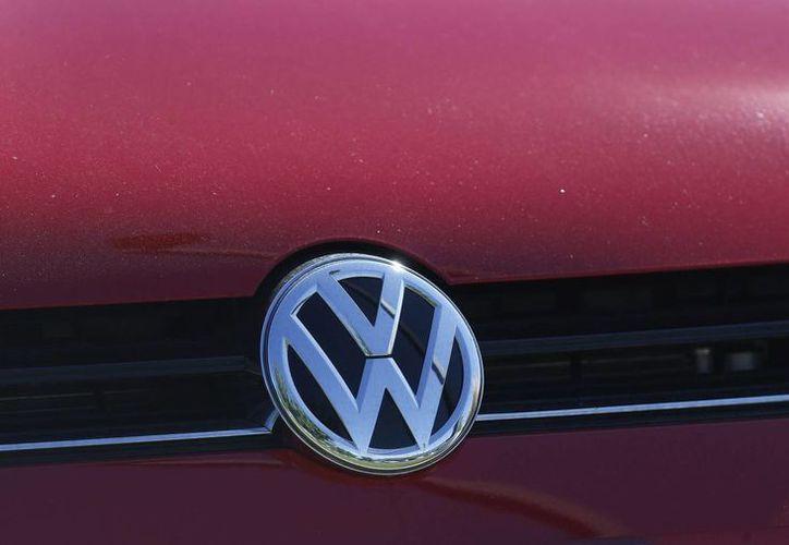 Parilla de un auto Volkswagen exhibido en un distribuidor VW en Boulder, Colorado, el 24 de septiembre de 2015. (Foto AP/Brennan Linsley, File)