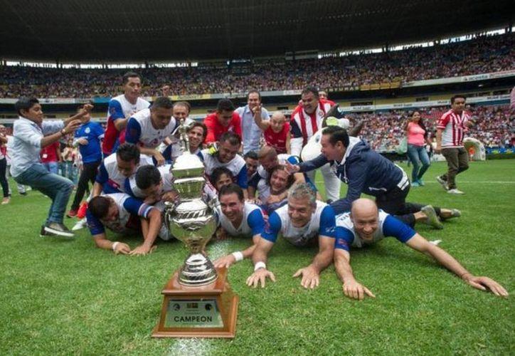 Chivas venció al América, a unos días del aniversario número 100 de las Águilas. En la foto, las leyendas de Guadalajara festejan el triunfo ante su acérrimo rival.(Foto tomada de Facebook/Chivas)