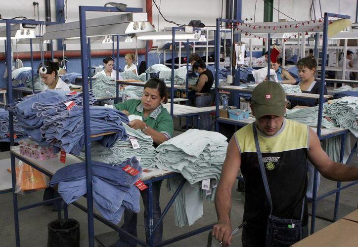 Empresarios aprueban iniciativa del Ejecutivo federal por establecer Zonas Económicas Especiales en los Estados del sur de México, con lo que las empresas recibirán estímulos fiscales y apoyos adicionales. Imagen de una fábrica de ropa en Yucatán. (Archivo/SIPSE)
