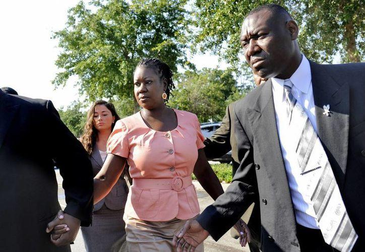 Fotografía tomada el pasado 29 de junio en la que se registró a la madre de Trayvon Martin, Sybrina Fulton (c), y su abogado, Benjamin Crump (d), a su llegada al tribunal de Sandford, Estados Unidos. (Archivo/EFE)