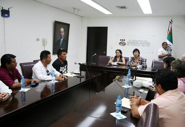 Los comerciantes de Pisté durante su encuentro con los legisladores. (Milenio Novedades)
