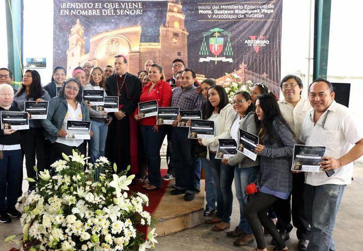 Al felicitar a los reporteros yucatecos por el Año Nuevo el Arzobispo Gustavo Rodríguez dijo que el impacto del mensaje del Papa Francisco será posible gracias al esfuerzo de los medios informativos. (José Acosta/Milenio Novedades)