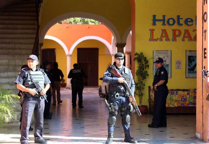 Los policías, quienes portaban armas largas, se apostaron a las puertas del inmueble. No hubo detenidos en operativo. (Milenio Novedades)
