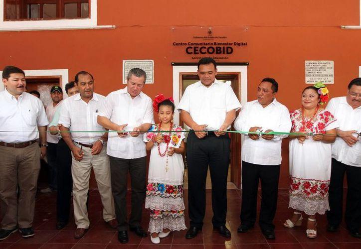 Autoridades encabezadas por el gobernador Rolando Zapata (c) inauguran el Cecobid en Muxupip. (SIPSE)