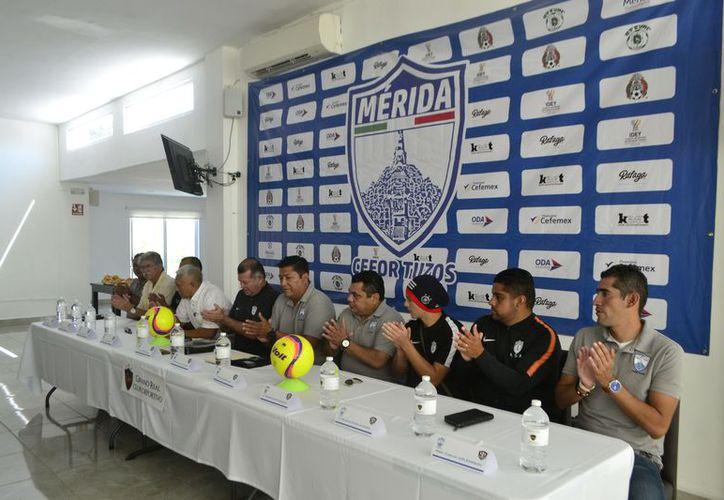 Con la firma del convenio se impulsa más el futbol entre niños y jóvenes. (Milenio Novedades)