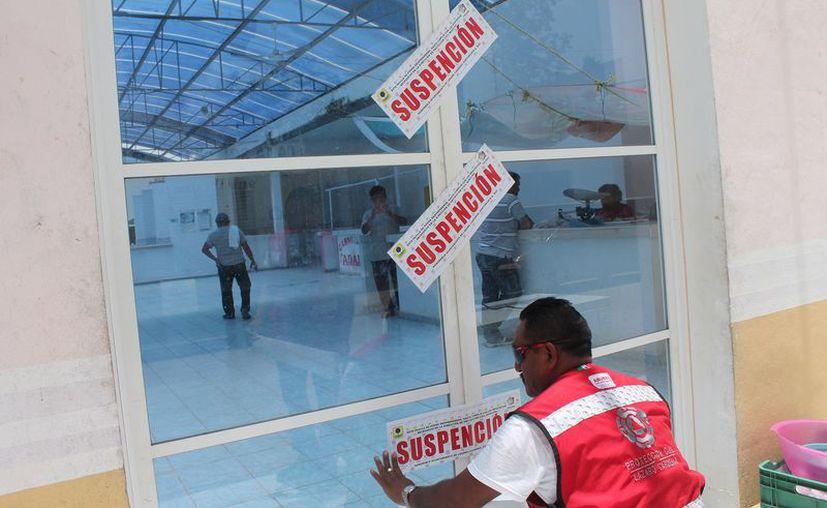 La dirección de Protección Civil municipal colocó sellos de suspensión. (Gloria Poot/SIPSE)