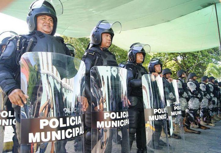 En la imagen los agentes con sus nuevos equipos e uniformes. Se destacó la profesionalización de los policías del puerto. (Milenio Novedades)