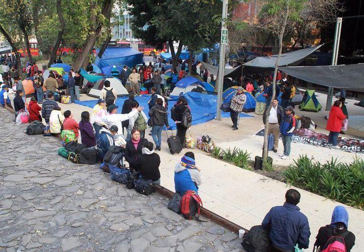 Maestros michoacanos mantienen un plantón en las calles aledañas al edificio de Segob. (Notimex)